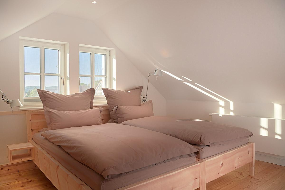 Schlafzimmerbett in der Ferienwohnung Hiddensee im Ostseebad Binz auf Rügen